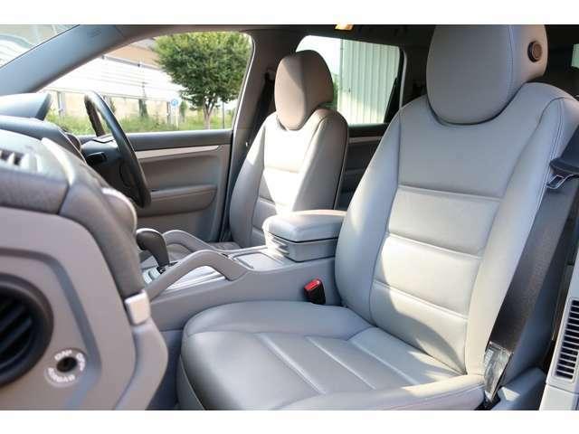 ポルシェならではの大きいシートは程よいホールド性があり、長時間のドライブも疲れにくいです。