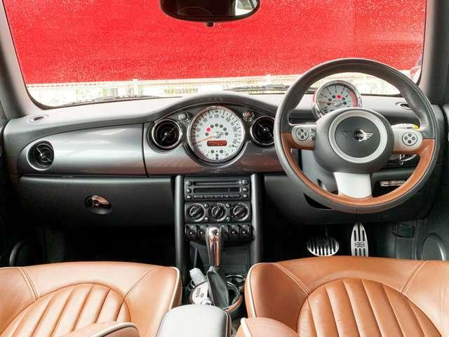 円形で構成された内装は、クラシック感も感じさせるオシャレなデザインとなっています。ブラウンがアクセントの内装は、スタイリッシュで上質な車内空間を演出してくれています。