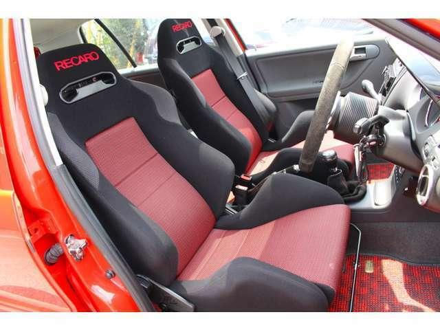 ◆RECARO 2脚◆妥協なしの2席レカロシートです!!サイドサポートもヘタリなくホットハッチ感満載です!