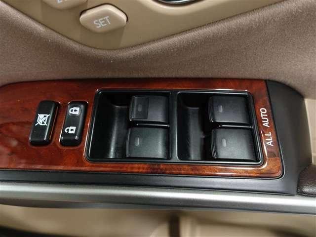 オールオートですので運転席からどの席の窓でも全閉全開が簡単に出来ますよ。