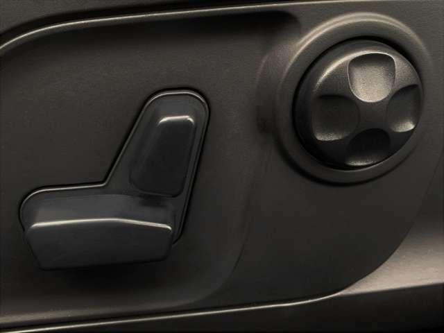 電動シートとなっていますので、細かなシート調整が可能となっています。8方向電動シートとなっています。
