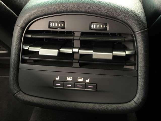 後部座席に座っていても、シートヒーターや後席サンシェードの操作が手元でできます。