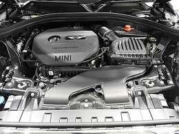 BMW製1.5L直列3気筒ターボエンジン。102PS/180Nm(カタログ値) エンジンルーム内はきれいな状態です。
