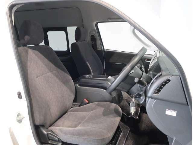 運転席はドライバーの居心地や運転の快適性を左右する大切な場所です。クリーニング済みで気持ちよく使用して頂けます。