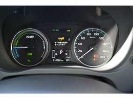 メーター内のマルチインフォメーションディスプレイでバッテリー残量、航続距離、EV走行比率などなどの情報を表示
