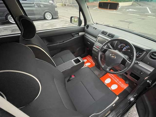 運転席と助手席の間に便利なアームレスト付いてます★