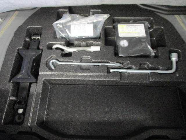 トランクルーム下に配置された応急タイヤパンク修理キット&工具類