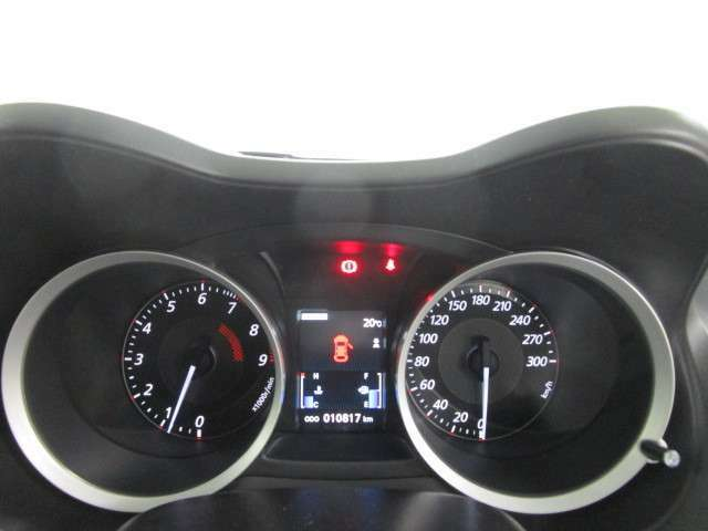 300キロフルスケール表示の<常時点灯式>ハイコントラストメーター採用!