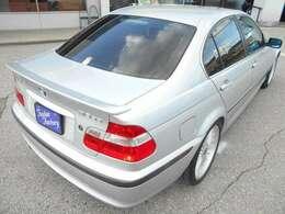 リアにはE46型アルピナであることを主張するB3 3.3のエンブレム!! ★ご購入後のメンテナンスも元BMW正規ディーラーメカニック多数在籍の「つたえファクトリー」にお任せください! http://tsutae-fac
