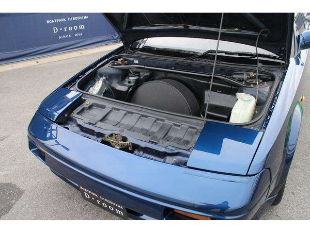 フロントフードには,スペアタイヤの多少の収納スペースがございます。
