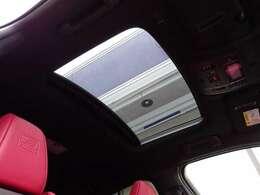 オプションの【ムーンルーフ】付きです!開放感のあるドライブをお楽しみいただけます!SUVにはルーフが必須ですね!