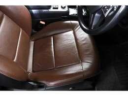 シートはチェストナットブラウンレザーで、高級感ある落ち着いた車内空間です。
