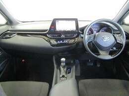 ステアリングスイッチ付き。ステアリングを離さずに各種コントロール可能。安全運転に貢献する装備です。