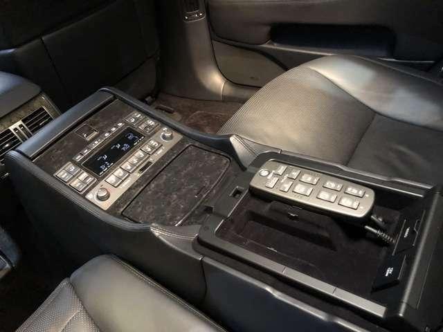 アームレストのコントローラー☆前端にはオーディオ関連のスイッチ、手前は左右シートのエアコン関係、中央はパワーシートのスイッチです♪