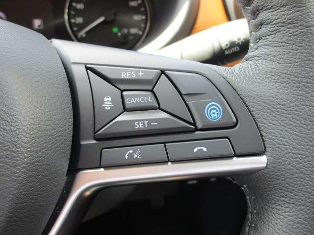 """高速道路での、単調な""""渋滞走行""""と長時間の""""巡航走行""""。 プロパイロットは、アクセル、ブレーキ、ステアリング操作をクルマがサポート。高速走行におけるドライバーの負担を軽減します。"""