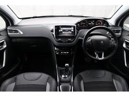 ブラックハーフレザーインテリア☆フランス車ならではのオシャレなインテリア!ステアリングにはパドルシフトも装着しており、ハンドルから手を離す事無くシフト変換ができます。