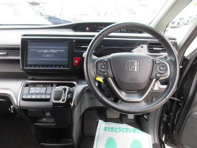 ステアリング回りもとても綺麗なコンディションが保たれております♪ 専用革巻きステアリング付きでグリップ感もよく、ドライブをサポートしてくれます♪