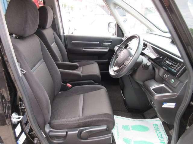 専用インテリア&専用シート付♪ 質感の良いシートで長距離運転でも安心です♪ シートリフター機能付きで目線の高さも調整可能です♪