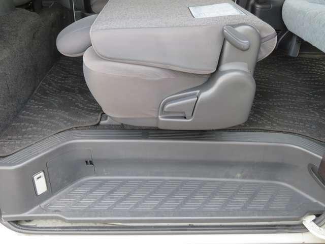 セカンドシートはこのように前面に折りたたんでサードシートにご乗車できます。