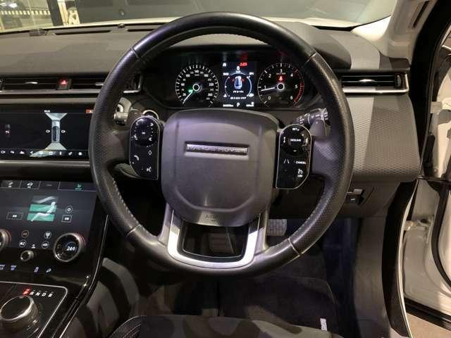 ステアリングのボタンでメディアや車両の情報など様々な設定が可能です。