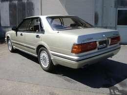 すでに28年ほど経過の車ですが内外装きれいです。