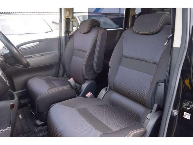 身体をしっかりとサポートするフロントシート。長時間のドライブでも苦になりません!