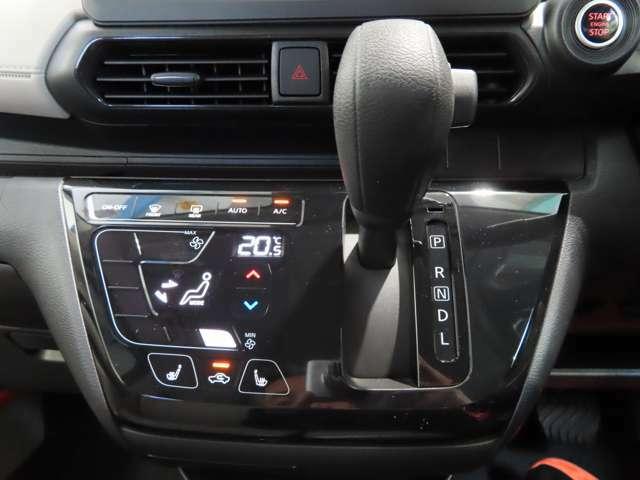 つややかで上品質のタッチパネル式オートエアコンを標準装備!また運転席 助手席シートヒーター付きなので寒さ対策も安心♪