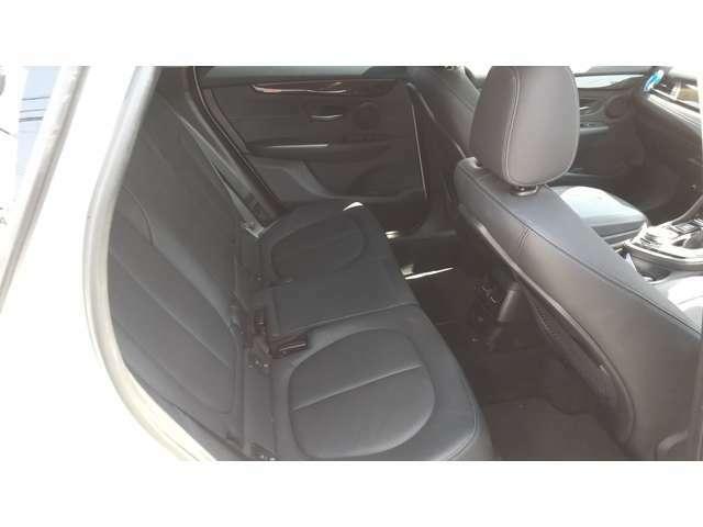 家族×BMW。をキャッチフレーズに販売された当車両の特徴、広々としたリヤシートです。