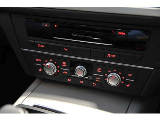 左右別々に設定できるオートエアコン等、快適なドライビングをサポートしてくれます。
