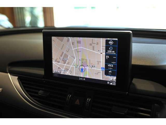 信頼のナビゲーションは様々な方法で目的地を検索できます。後方確認も綺麗に映し出され,駐車をサポートしてくれます。