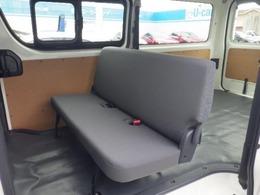 リアシートは固定具を使うことなく荷室前方に折りたたむことができます。リアルームランプに加え、バックドア近くの後方天井部にもバックドアルームランプを装備。ドアの開閉に連動して、自動で点灯・消灯します。
