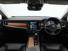 H29年式 V90 T6インスクリプションがご入庫致しました!外装は人気のオニキスブラック、内装は高級感のある黒革シートとなっております。サンルーフやシートエアコンが装備されている上級グレードです。