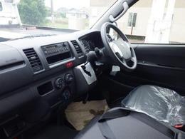 運転席と助手席間はウォークスルーなのでどちらからも乗り降り可能。フロントシート中央席に格納式テーブルを装備。小型パソコンなどを置くことができ、A4サイズの冊子が収納可能な大型ポケットも内蔵しています。