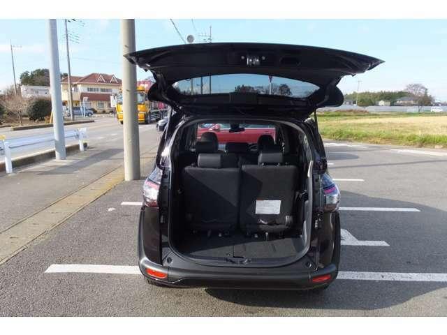 後方部はプライベートガラス/ドアバイザーシートアレンジでトランクスペースも広くなります。