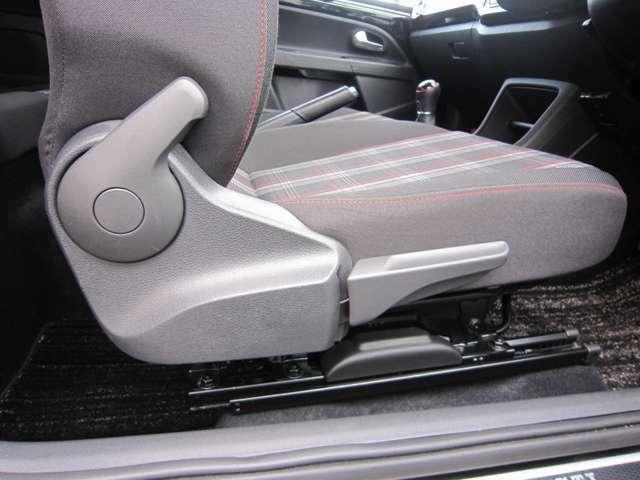 運転席は高さ調整も可能です。