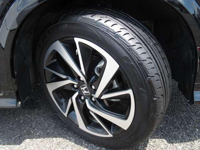 タイヤは ダンロップ エナセーブ 8分山程度 2019年製がついています。そして足元を精悍に引き締めるホンダ純正18インチアルミホイール、おしゃれは足元から、カッコイイですね!