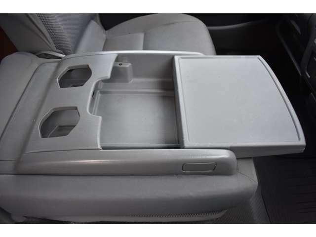 ■センターシートは倒せば便利な物置に■