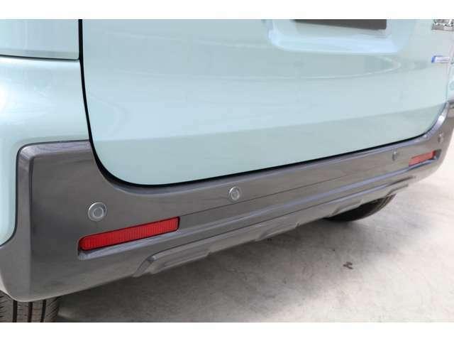 リアバンパーに4っの超音波センサーを内蔵し車両後方にある障害物を感知、透明なガラスなども検知、コンビニの駐車場などでの衝突回避をサポートします