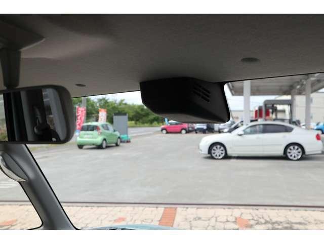フロントガラスに設置したデュアルカメラセンサーが前方の車や人を感知万一の危険を察知し衝突軽減ブレーキ衝突回避をサポートします