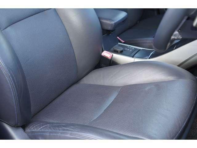 運転席、助手席ともに綺麗です。一度ご覧くださいませ。また【黒革シート】【パワーシート】【シートヒーター】が装備されておりますので、高級感がございます♪