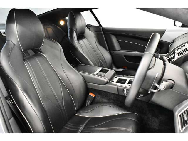<標準装備> セラミックカーボンブレーキ、レザーステアリングホイール、電動調節式スポーツシート、サイドエアバッグ内蔵、メモリーシート&ドアミラー(3 ポジション設定)