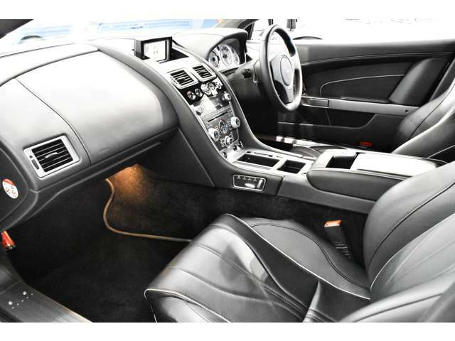 デュアルステージ運転席 / 助手席フロントエアバッグ、 電動可倒式ヒーテッドドアミラー、ヒーテッドリアスクリーン、オートマチックエアコンディショナー、 有機ELディスプレイ(OEL)フルグレインレザーインテリア
