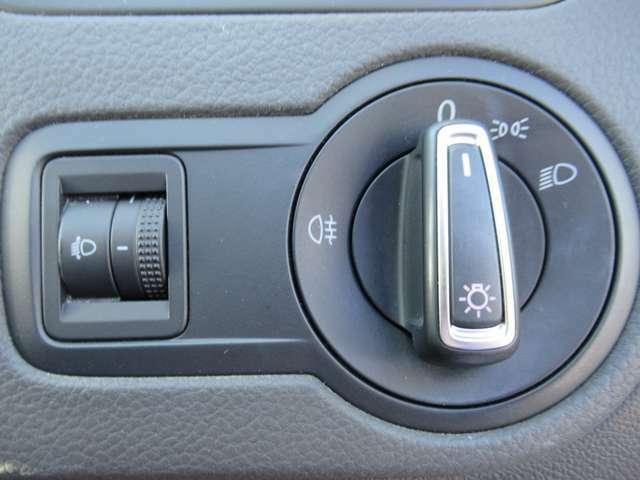 (ヘッドライトスイッチ)フォグランプやリアフォグランプの操作もスイッチ一つで完結。*一部車種除く視点を変えずにドライビングに集中して頂く為の工夫の一つです。