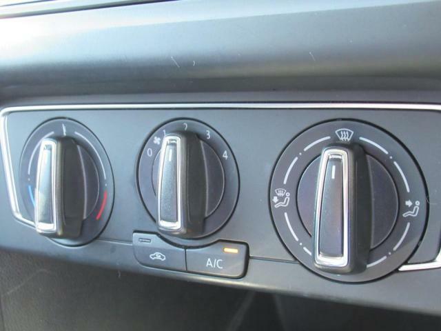 (マニュアルエアコン)3つのダイヤルで温度風量風向きを調整。視覚的に分かりやすく、シンプルな操作性で使い勝手良好です。