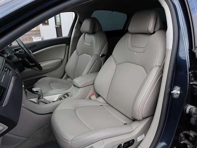 助手席もシートヒーター、電動シート、サイドエアバッグも装備しています。