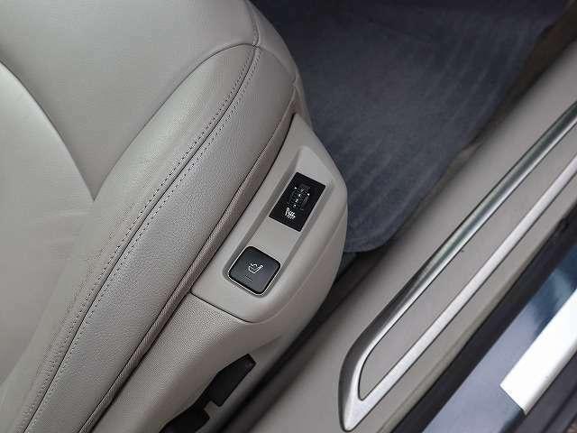運転席はシートヒーター、マッサージ装備です。