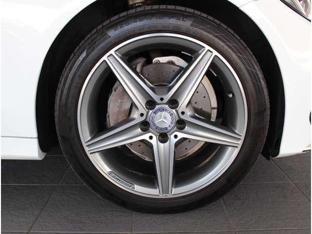 メルセデスベンツ純正アルミホイールは、強度に優れ、デザイン性も兼ね備えております。