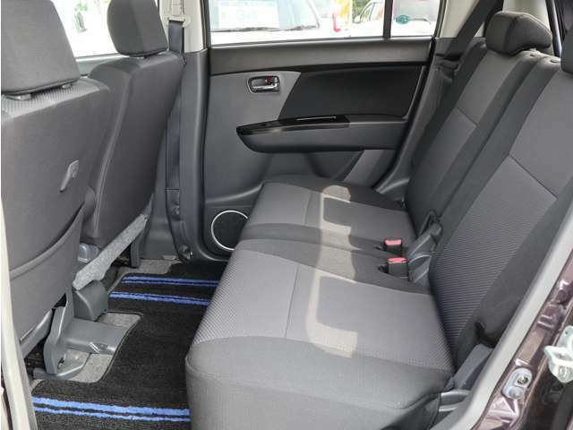【後席シート】・・・後席シートも綺麗です! 広々ゆったりお乗り頂けます☆ 細かい所までクリーニングしております♪