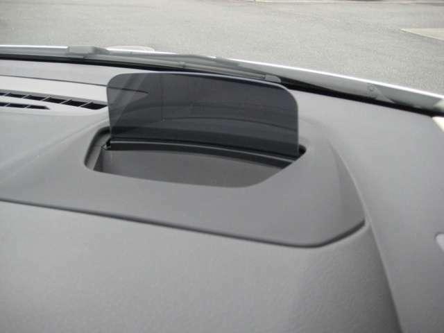 ヘッドアップディスプレイは車速やルート案内の矢印表示、前車接近警告、曲名やラジオ局のリストなど、様々な情報を表示してくれます。