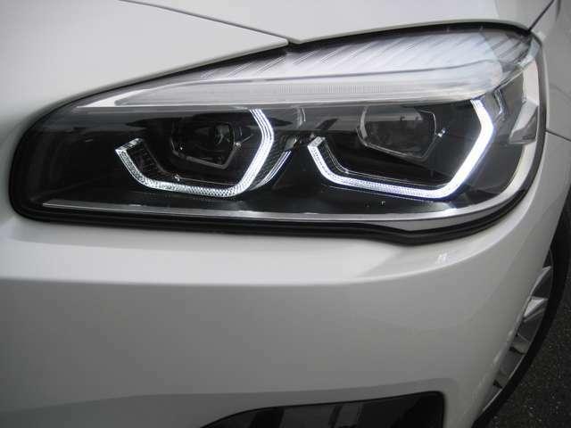 BMW丸目4灯を強調するリングのイルミネーションで夜間雨天時でも快適に視野を照らすLEDヘッドライトを装着。明暗を感知し自動で点灯・消灯するオートライトを装備。
